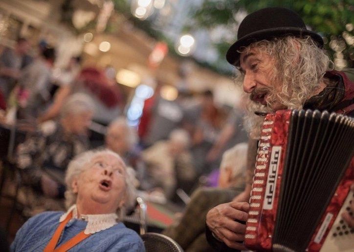 Ben jij artiest in de zorg en wil je ook nu iets voor kwetsbare ouderen betekenen?